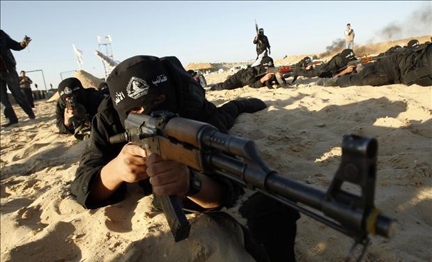 Een Palestijnse militante van Al-Ansar brigade neemt deel aan een training in Khan Younis in het zuiden van de Gazastrook